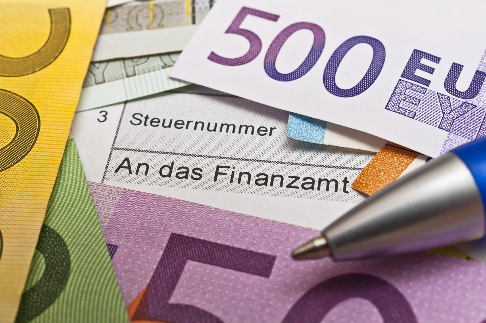 steuerformular mit schrift steuernummer und an das finanzamt auf dem euro - Steuererklarung Rentner Muster